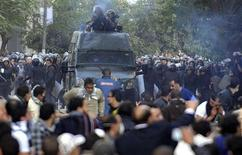 Protesters run as police fire tear gas during clashes at Tahrir Square in Cairo November 19, 2011.  REUTERS/Stringer