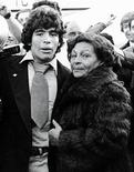 """Foto arquivo de Diego Maradona e sua mãe Dalma, em Buenos Aires. """"Dona Tota"""" morreu no sábado, aos 81 anos, em uma clínica em Buenos Aires. REUTERS/Stringer/Arquivo"""