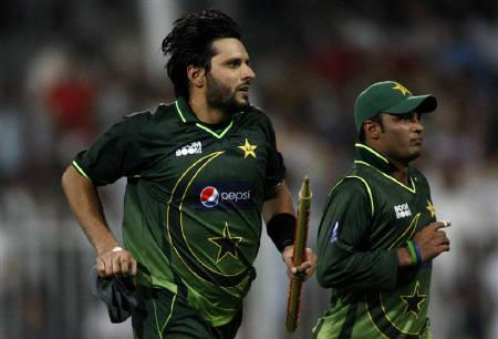 Pakistan's Shahid Afridi (L) celebrates his team's victory against Sri Lanka during the fourth one day international cricket match in Sharjah November 20, 2011. REUTERS/Nikhil Monteiro
