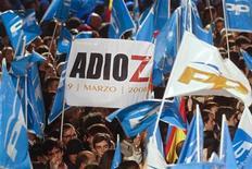 Сторонники Народной партии размахивают флагами возле штаб-квартиры партии в Мадриде после завершения выборов. Фотография сделана 20 ноября 2011 года. Правоцентристская Народная партия Испании одержала сокрушительную победу на состоявшихся в воскресенье всеобщих выборах, так как избиратели решили наказать уходящее правительство социалистов за худший экономический кризис за много поколений. REUTERS/Sergio Perez