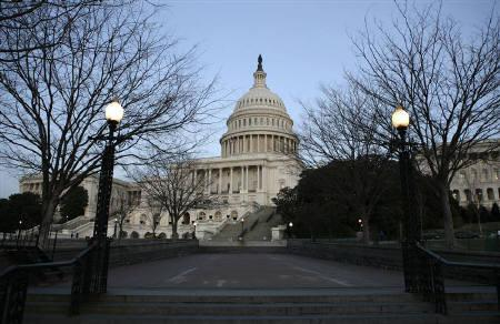 Night falls as the U.S. Capitol Building is seen in Washington January 28, 2008. REUTERS/Kevin Lamarque/Files