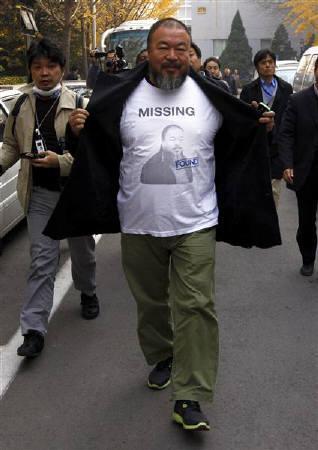 11月21日、中国現代芸術家の艾未未氏(写真)を支持する人たちが自分のヌード写真をウェブサイトに投稿し抗議を行っている。16日撮影(2011年 ロイター/David Gray)