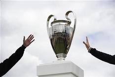 Люди тянутся к Кубку европейских чемпионов, выставленному на обозрение в лондонском Гайд-парке. Фотография сделана 27 мая 2011 года. REUTERS/Paul Hackett