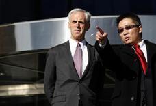 """Министр торговли США Джон Брайсон и китайский чиновник в Международном аэропорте Шоуду, 19 ноября 2011 г. Китай подтвердил представителям США, что Пекин планирует вложить $1,7 триллиона в так называемые """"стратегические сектора"""" в ближайшие пять лет, сказал министр торговли США Джон Брайсон. REUTERS/Barry Huang"""