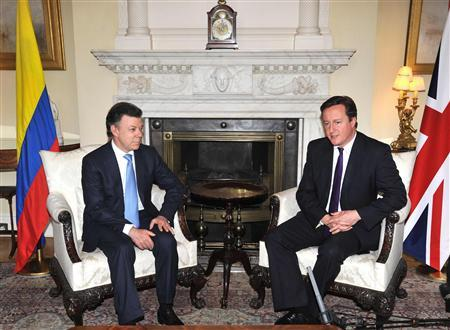 Colombia's President Juan Manuel Santos (L) meets Prime Minister David Cameron at 10 Downing Street in London November 21, 2011. REUTERS/Daniel Deme/POOL