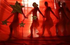 <p>Cheerleaders rehearse at a gymnasium in Tianjin municipality January 4, 2008. REUTERS/Vincent Du</p>