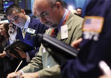 """Трейдеры на торгах Нью-Йоркской фондовой биржи 18 ноября 2011 года. Американские акции дешевеют, продолжая снижение предыдущей недели, так как """"суперкомитет"""" Конгресса, судя по всему, оказался неспособен согласовать схему снижения дефицита США. REUTERS/Shannon Stapleton"""