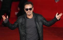 """<p>Foto de archivo del cantante Bruce Springsteen a su llegada a la presentación de la cinta """"The Promise: The Making Of Darkness On The Edge Of Town"""", en el Festival de Cine de Roma, nov 1 2010. Springsteen realizará una gira en el 2012 por primera vez en tres años, comenzando en Europa en mayo y siguiendo por Estados Unidos, informó la página web de la estrella del rock. REUTERS/Alessia Pierdomenico</p>"""