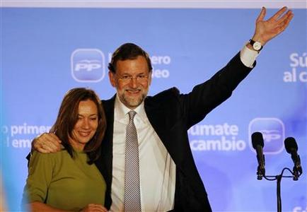 Spain's centre-right People's Party (Partido Popular) leader Mariano Rajoy (R) embraces his wife Elvira at a balcony of the party headquarters after claiming victory in Spain's general elections in Madrid November 20, 2011. REUTERS/Juan Medina