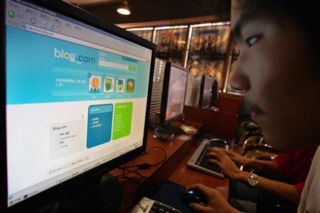 A man surfs on an internet blog at an internet bar in Shanghai October 9, 2006. The number of bloggers in China had reached 17.5 million by the end of August, almost 30 times the 2002 figure, China Daily reported. REUTERS/Aly Song