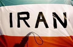 Человек держит петлю, стоя на флагом Ирана в Риме, 11 февраля 2010 года. США, Великобритания и Канада в понедельник объявили о новых санкциях, наложенных на энергетический и финансовый секторы Ирана. REUTERS/Alessandro Bianchi