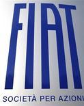 Логотип Fiat около входа в здание офиса компании в Турине, 12 января 2011 года.  Итальянский автопроизводитель Fiat SpA разослал профессиональным союзам своих сотрудников письмо, сообщающее о разрыве всех рабочих контрактов в Италии с 31 декабря 2011 года. REUTERS/Giorgio Perottino