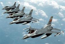 Архивное фото, на котором запечатлено звено истребителей F-16 ВВС США в небе над страной.  Вооруженный летчик, забаррикадировавшийся на базе ВВС США в Колорадо, сдался властям спустя 10 часов. REUTERS/USAF/Staff Sgt. Greg L. Davis/Handout/Files