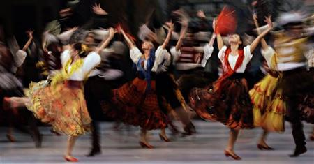 Dancers from the Mariinsky Ballet of St Petersburg perform during a dress rehearsal of the ballet ''Don Quixote'' at the Esplanade theatre in Singapore September 16, 2011.  REUTERS/Tim Chong