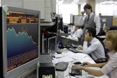 Трейдеры Альфа-банка в Москве. Фотография сделана 18 сентября 2008 года. Российские акции не удержались на достигнутых в первой половине сессии уровнях, подтверждая уязвимость рынка к потоку неблагоприятных новостей. REUTERS/Denis Sinyakov