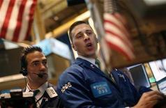 Трейдеры следят за ходом торгов на бирже в Нью-Йорке, 10 ноября 2011 года. Американские акции во вторник снизились пятый день подряд, потеряв за этот период более 5 процентов, так как стоимость заимствований для Испании достигла новой рекордной высоты. REUTERS/Mike Segar