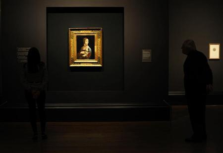 Art lovers take a closer look at a painting by Leonardo da Vinci entitled ''Portrait of Cecilia Gallerani'', (The Lady with an Ermine) on show as part of the Leonardo da Vinci: Painter at the Court of Milan exhibition at the National Gallery in London November 7, 2011.  REUTERS/Dylan Martinez