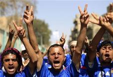 Люди на демонстрации в Сане 23 ноября 2011 года. Правивший больше 33 лет президент Йемена Али Абдулла Салех подписал указ о передаче власти вице- президенту страны, что должно положить конец многомесячному кровавому противостоянию оппозиции и действующего режима, едва не вылившегося в гражданскую войну. REUTERS/Khaled Abdullah