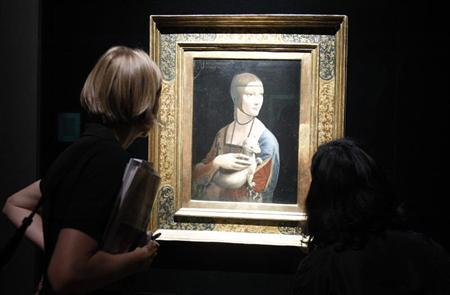 Journalists look at the painting ''Dame mit dem Hermelin'' (''The Lady with Ermine'') by Leonardo da Vinci before the opening of the exhibition ''Gesichter der Renaissance'' (Renaissance Faces) at the Bode museum in Berlin August 24, 2011. REUTERS/Tobias Schwarz