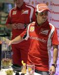 O piloto da Ferrari Felipe Massa participa de evento promocional em São Paulo nesta quarta-feira.  REUTERS/Paulo Whitaker