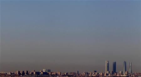 Pollution is seen above Madrid's skyline, including Cuatro Torres business area (R), or Four Towers, in this picture taken from Paracuellos del Jarama, near the Spanish capital, February 8, 2011.  REUTERS/Sergio Perez