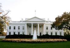 Белый дом в Вашингтоне. Фотография сделана 2 ноября 2004 года. Планы США и НАТО по развертыванию средств ПРО в Европе к 2020 году остаются в силе, после того как Россия пригрозила вооружиться, чтобы быть в состоянии преодолеть противоракетный щит, сообщил Белый дом. REUTERS/Larry Downing