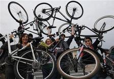 Велосипедисты перед стартом гонок в Будапеште, 22 сентября 2008 г. Бельгийская почтовая служба попросила почтальонов вернуть аккумуляторы из электровелосипедов после того, как один из них взорвался. REUTERS/Laszlo Balogh