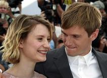 """Atores Henry Hopper (dir) e Mia Wasikowska promovem o filme """"Inquietos"""", do diretor Gus Van Sant, no Festival de Cannes, em maio. 13/05/2011  REUTERS/Eric Gaillard"""