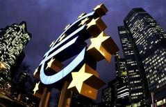 Скульптура валюты евро возле здания Европейского центрального банка во Франкфурте-на-Майне 1 февраля 2005 года. Европейский центральный банк может беспрецедентно увеличить срок кредитов банкам до двух или даже трех лет в попытке не дать долговому кризису еврозоны задушить рынок кредитования, сказали в четверг Рейтер осведомленные источники.REUTERS/Kai Pfaffenbach