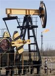 Станок-качалка около Нефтеюганска. Фотография сделана 26 апреля 2006 года. Четвертая по объемам добычи российская нефтяная компания Сургутнефтегаз не сможет в 2011 году в полной мере возместить запасы нефти, сказала в четверг Рейтер представитель компании. REUTERS/Sergei Karpukhin