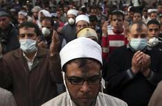Демонстранты молятся в Каире после заключения перемирия с полицией. Фотография сделана 23 ноября 2011 года. Парламентские выборы в Египте не будут перенесены, и первый этап голосования пройдет, как и планировалось, в понедельник, 28 ноября, заявил в четверг представитель правящего в стране военного совета. REUTERS/Amr Abdallah Dalsh