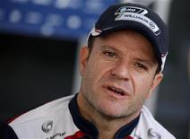 O piloto de Fórmula 1 Rubens Barrichelo fala a jornalistas nos Emirados Árabes, em 10 de novembro. Barrichello não descarta a ideia de seguir na Williams em 2012. 10/11/2011 REUTERS/ Hamad I Mohammad