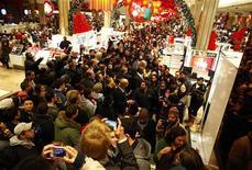 """Покупатели стоят в магазине Macy's в Нью-Йорке, 25 ноября 2011 года. Американские """"шопоголики"""" с вечера четверга толпятся у прилавков магазинов в поисках выгодных предложений, невзирая на неустойчивость собственного материального положения. REUTERS/Eric Thayer"""