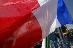 Французский флаг развивается перед флагом Ирана на специализированной нефтегазовой выставке IOGPE в Тегеране, 15 апреля 2011 года. Министерство иностранных дел Франции заявило, что страна готова в одностороннем порядке отказаться от импорта иранской нефти, чтобы заставить Тегеран отказаться от продолжения ядерной программы, но затем взяло свои слова обратно. REUTERS/Morteza Nikoubazl