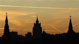 Московские высотки во время заката 18 октября 2011 года. Грядущие выходные в Москве будут пасмурными, а температура воздуха не опустится ниже нуля градусов, ожидают синоптики. REUTERS/Anton Golubev