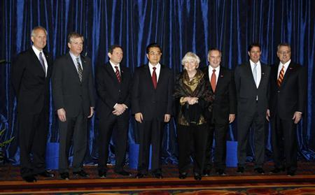 Chinese President Hu Jintao (C) poses with Chicago Mayor Richard Daley (3rd R), his wife Maggie Daley, Boeing CEO James McNerney (L), Caterpillar CEO Douglas Oberhelman (2nd L), Hyatt's Thomas J. Pritzker (3rd L), J.P. Morgan's Jes Staley and Motorola CEO Greg Brown (R) prior to a private meeting in Chicago, Illinois January 20, 2011.    REUTERS/Jeff Haynes