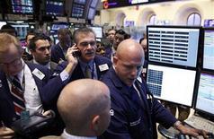 Трейдеры на торгах фондовой биржи в Нью-Йорке 21 ноября 2011 года. Уолл-стрит растет в пятницу, так как инвесторы активно скупают подешевевшие акции после того, как рынок снижался шесть сессий подряд. REUTERS/Brendan McDermid