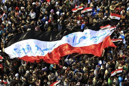 Egyptian protesters march with a huge flag during a rally at Tahrir Square in Cairo November 25, 2011. REUTERS/Ahmed Jadallah