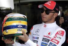 O britânico Lewis Hamilton mostra capacete em homenagem a Ayrton Senna no GP Brasil. Ele foi o mais rápido nos treinos livres de sexta-feira. REUTERS/Nacho Doce