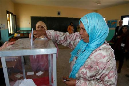 A voter casts her ballot at a polling station in Rabat November 25, 2011.  REUTERS/Stringer