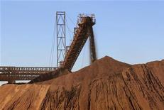 Iron ore is loaded into a pile at an iron ore mine in Western Australia state, July 25, 2011.   REUTERS/Morag MacKinnon