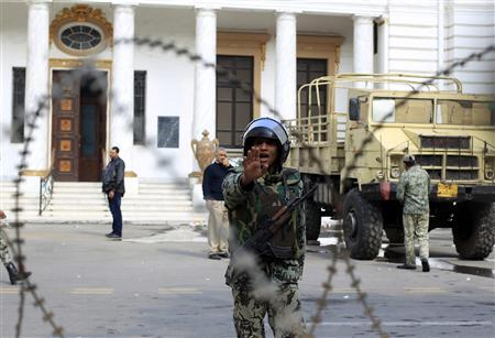 A soldier gestures in front of the headquarters of the Egyptian cabinet in Cairo November 26, 2011.  REUTERS/Ahmed Jadallah