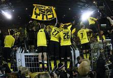 Jogadores do Borussia Dortmund comemoram sua vitória no Campeonato Alemão contra o Schalke 04, por 2x0, em Dortmund. 26/11/2011 REUTERS/Ina Fassbender