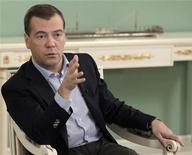 O presidente russo Dmitry Medvedev fala a um grupo de jornalistas russos ma residência Gorki, fora de Moscou. Medvedev levantou neste sábado a possibilidade de abertura de um processo criminal sobre os percalços espaciais do país, após uma série de lançamentos fracassados que envergonharam a Rússia. 26/11/2011 REUTERS/Mikhail Klimentyev/Ria Novosti/Kremlin