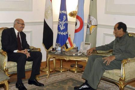 Field Marshal Mohamed Hussein Tantawi, the head of the ruling Supreme Council of the Armed Forces (SCAF), meets with Egyptian presidential candidate Mohamed ElBaradei at the Defense Ministry in Cairo November 26, 2011.  REUTERS/Middle East News Agency (MENA)/Handout