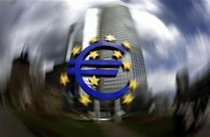Логотип европейской валюты около здания ЕЦБ во Франкфурте-на-Майне, 1 апреля 2010 года. Германия и Франция обсуждают радикальные меры более глубокой и быстрой бюджетной интеграции в еврозоне, понимая, что вряд ли добьются широкой поддержки идее изменить основополагающие законы, сообщили чиновники. REUTERS/Kai Pfaffenbach