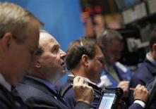 Трейдеры следят за торгами на бирже в Нью-Йорке, 21 ноября 2011 года. На фоне новых долговых аукционов в Европе на этой неделе трейдеры на Уолл-стрит будут внимательно следить за ставками доходности, которые до сих пор сильно волнуют рынок. REUTERS/Brendan McDermid