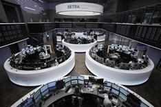 Торговый зал Франкфуртской фондовой биржи, 9 ноября 2011 года. Европейские рынки акций выросли при открытии торгов понедельника благодаря улучшению настроений инвесторов на фоне сообщений о том, что Международный валютный фонд (МВФ) готовит программу финансовой помощи Италии, а Франция и Германия продумывают варианты более глубокой интеграции стран еврозоны. REUTERS/Alex Domanski