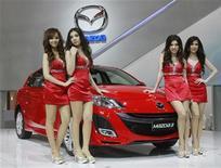 Модели позируют у автомобиля Mazda 3 на 32-м Международном автошоу в Бангкоке 24 марта 2011 года. Российский Соллерс договорился с японской Mazda Motor подумать о совместном производстве на Дальнем Востоке, следует из сообщений компаний в понедельник. REUTERS/Chaiwat Subprasom