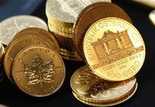 Канадские и австрийские золотые монеты в Нью-Йорке, 15 сентября 2011 г. Цены на золото растут при поддержке сильного евро и подъема на фондовых рынках. REUTERS/Mike Segar